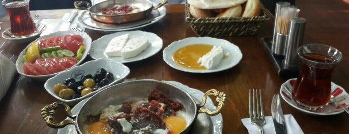 Emirgan Sütiş is one of Posti che sono piaciuti a Gizem Hazan.