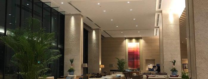 Hilton Okinawa Chatan Resort is one of สถานที่ที่ Sada ถูกใจ.