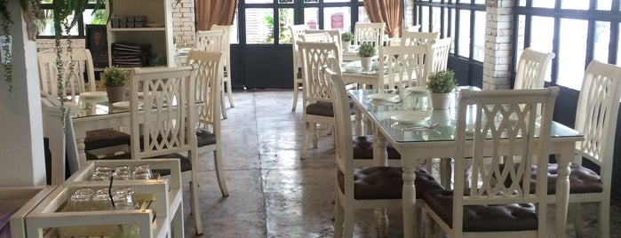 The White House Kafe' is one of Gems of Pattanakarn Rd-Pravet by Ruamlarp.