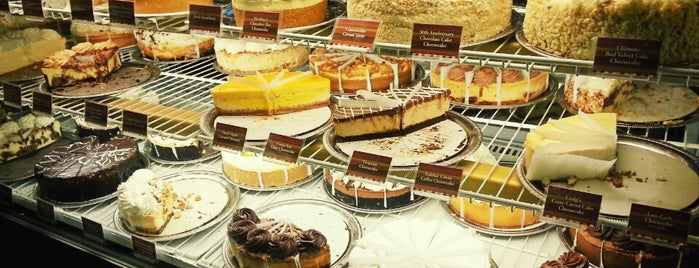 The Cheesecake Factory is one of Tempat yang Disukai Christine.