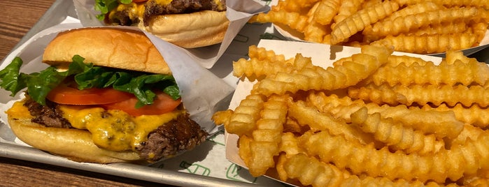 Shake Shack is one of Dustinさんのお気に入りスポット.