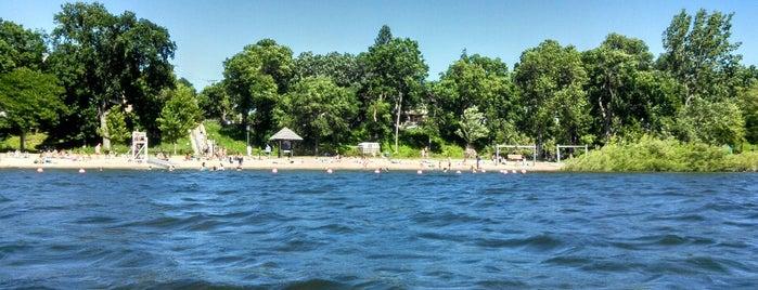 Lake Calhoun 32nd Beach is one of Locais salvos de Shayla.