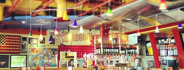 Red Robin Gourmet Burgers and Brews is one of Posti che sono piaciuti a McKenzie.