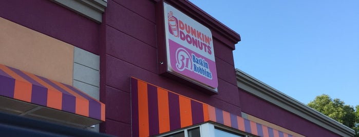 Dunkin' is one of Locais curtidos por Mike.