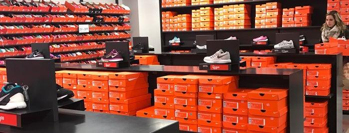 Nike Factory Store is one of Tempat yang Disukai Devonta.