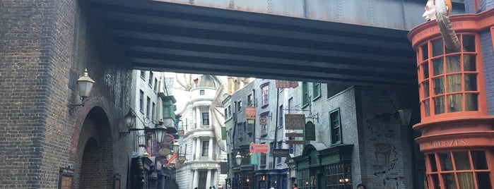 The Wizarding World Of Harry Potter - Diagon Alley is one of Tempat yang Disukai Edwulf.