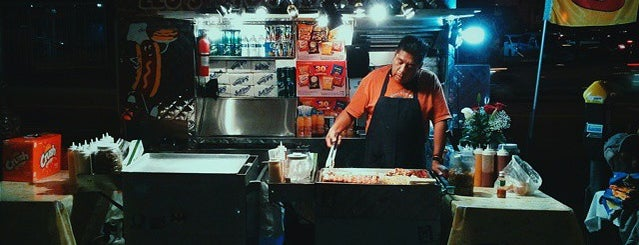 Bacon-Wrapped Hot Dog Cart is one of Anthony Bourdain: The Layover.