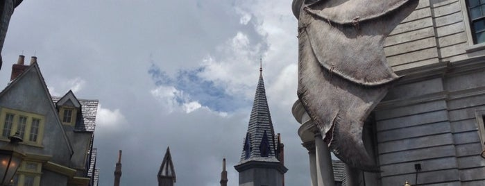 The Wizarding World Of Harry Potter - Diagon Alley is one of สถานที่ที่ Tim ถูกใจ.
