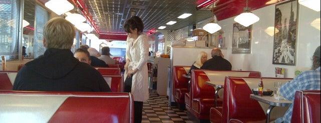 Georgie's Diner is one of Lieux qui ont plu à Elly.