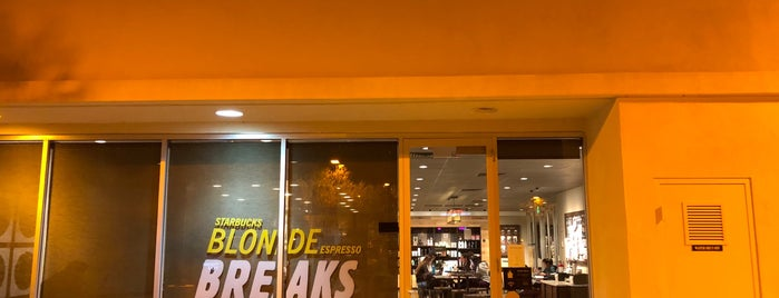 Starbucks is one of สถานที่ที่ Joey ถูกใจ.