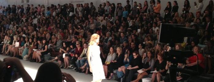 Tadashi Shoji Show @ Mercedes Benz Fashion Week is one of Elle'nin Beğendiği Mekanlar.