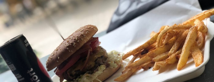 Buddies Burger is one of Locais curtidos por Aysel.