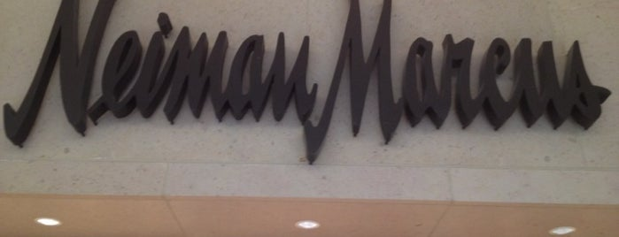 Neiman Marcus is one of Lugares favoritos de Alejandro.