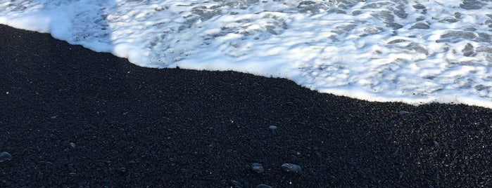 Black Sand Beach is one of Orte, die Sam gefallen.