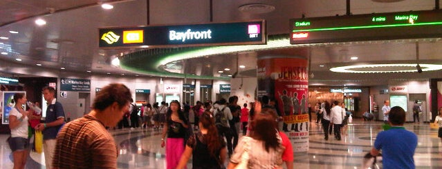 Bayfront MRT Interchange (CE1/DT16) is one of Lugares favoritos de Ian.
