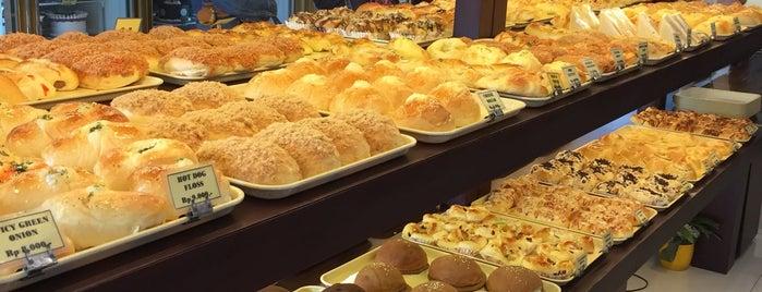 Clover Bake Shoppe is one of Lieux qui ont plu à Hana.