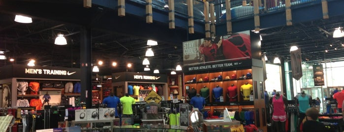 DICK'S Sporting Goods is one of Todd'un Beğendiği Mekanlar.
