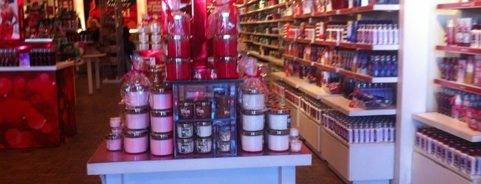 Bath & Body Works is one of Tempat yang Disukai Blake.