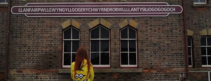 Llanfairpwllgwyngyllgogerychwyrndrobwllllantysiliogogogoch is one of Lugares favoritos de Carl.