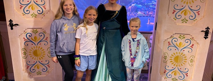 Royal Sommerhus: Meet Anna & Elsa is one of Orte, die Natasha gefallen.