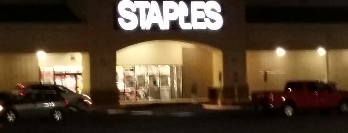 Staples is one of Orte, die Lindsaye gefallen.