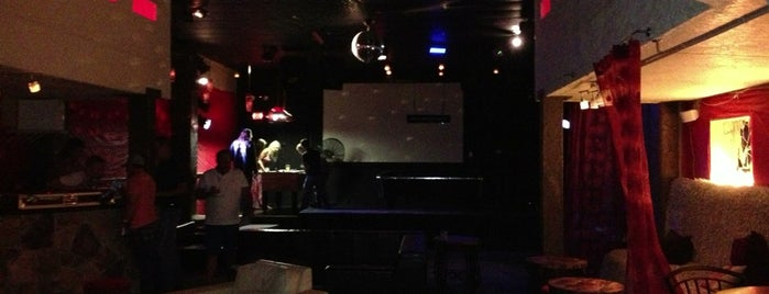 Lux Martini Bar and Lounge is one of สถานที่ที่บันทึกไว้ของ Shayla.