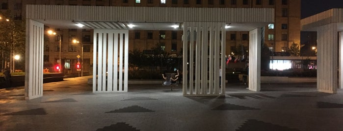 Качели на Триумфальной площади is one of Orte, die Jano gefallen.