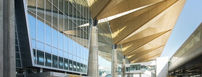 Pulkovo International Airport (LED) is one of Posti che sono piaciuti a Алексей.