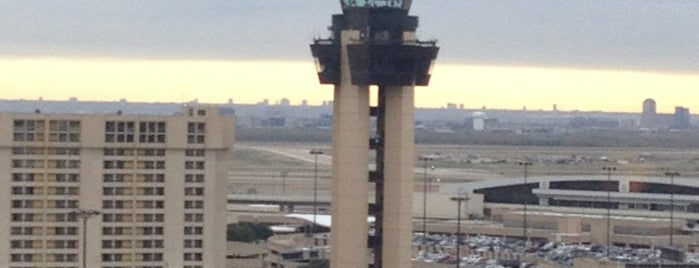 Dallas Fort Worth International Airport (DFW) is one of Tempat yang Disukai Alejandro.