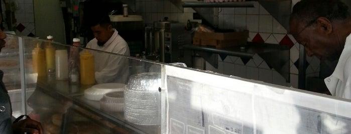 Sal's Restaurant is one of สถานที่ที่ Crystal ถูกใจ.
