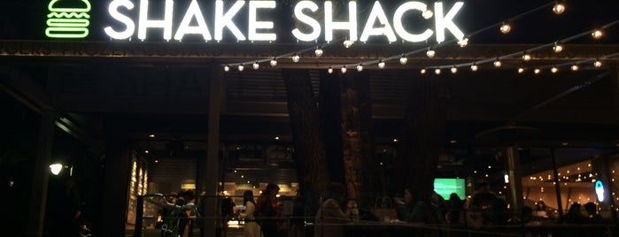 Shake Shack is one of Dat 님이 저장한 장소.