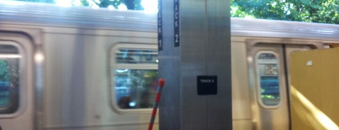 MTA Subway - Middle Village/Metropolitan Ave (M) is one of Orte, die Alice gefallen.