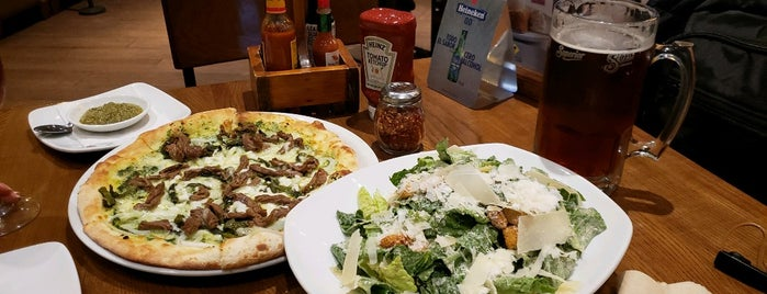 California Pizza Kitchen is one of Lieux qui ont plu à Yzaak.