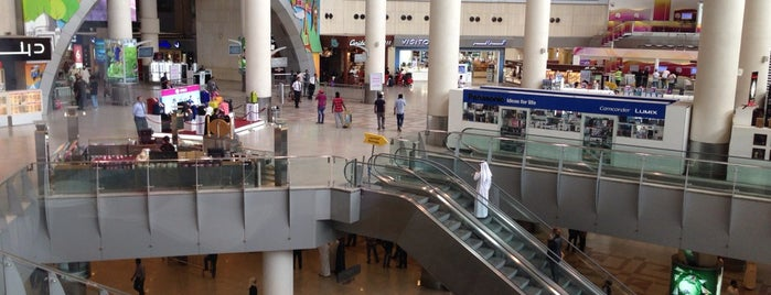 Kuwait International Airport (KWI) is one of Posti che sono piaciuti a Ahmad.