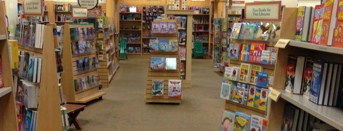 Barnes & Noble is one of สถานที่ที่บันทึกไว้ของ Larry&Rachel.