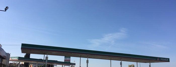 Gasolinera El Sauz Queretaro is one of Posti che sono piaciuti a René.