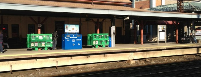 Amtrak - New Rochelle Train Station is one of Lugares favoritos de Michael.