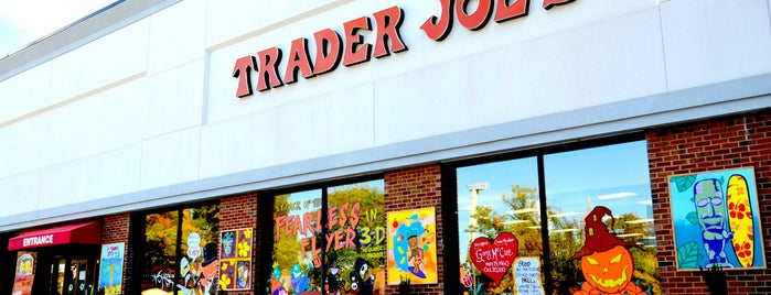 Trader Joe's is one of Locais curtidos por Ashley.