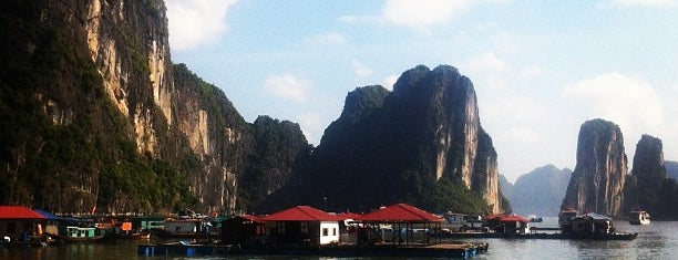 Vịnh Hạ Long (Ha Long Bay) is one of World Heritage Sites List.
