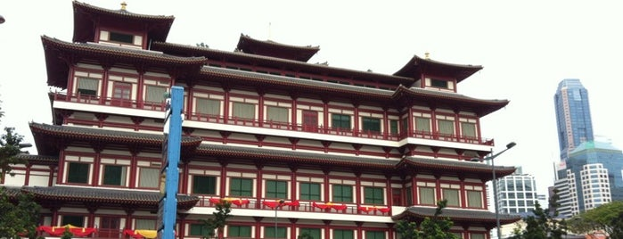 Buddha Tooth Relic Temple & Museum (新加坡佛牙寺龙华院) is one of le 4sq with Donald :].