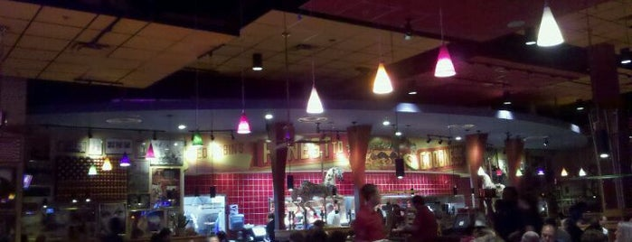 Red Robin Gourmet Burgers and Brews is one of สถานที่ที่ Vince ถูกใจ.