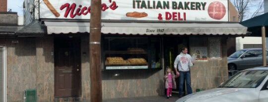 Nicolo's Italian Bakery and Deli is one of Locais salvos de Lizzie.