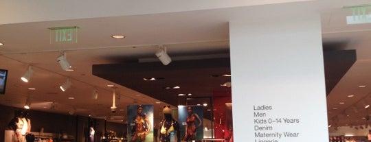 H&M is one of Orte, die Emily gefallen.