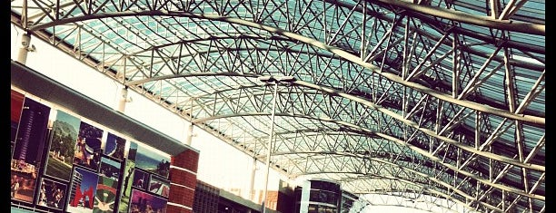 Gerald R. Ford International Airport (GRR) is one of Lugares favoritos de Kyle.
