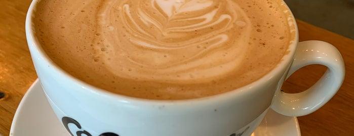 Colectivo Coffee is one of Lugares favoritos de Holly.