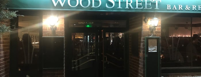 Wood Street Bar & Restaurant is one of Henry'in Beğendiği Mekanlar.
