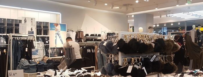 H&M is one of Lugares guardados de Yani.