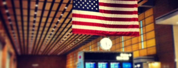 Boston Logan International Airport (BOS) is one of Lieux qui ont plu à Stephen.