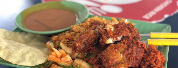 Sixth Avenue Mawar Merah is one of Micheenli Guide: Nasi Ayam Penyet/Goreng in SG.