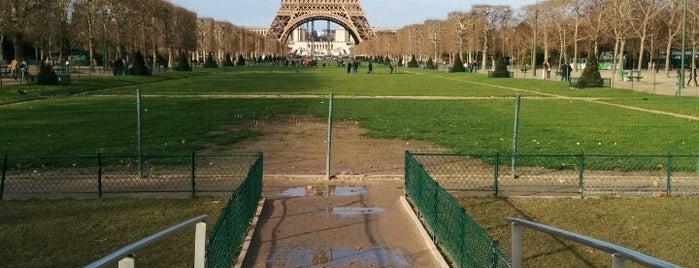 Campo de Marte is one of Les parcs et jardins accessibles aux chiens.